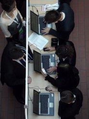 Biznesmeni przy komputerach